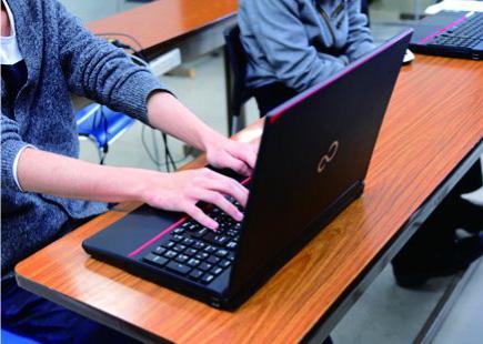 入学者全員にノートパソコンを支給